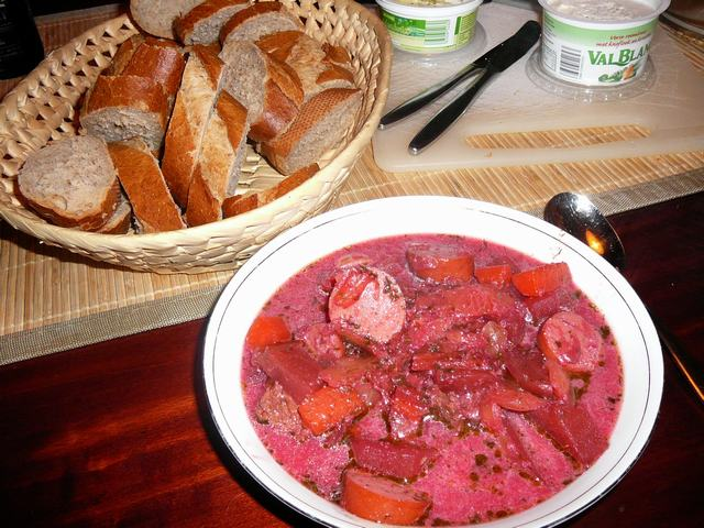 Doe de soep in je bord en serveer met volkorenbrood. Eet smakelijk!!!