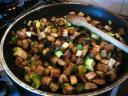 Bak in een andere (koeken)pan de blokjes courgette en aubergine in de rest van de olijfolie.