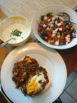 Turkse gehaktschotel met wilde spinazie, knoflookyoghurt en salade - Saturday, July 18, 2009