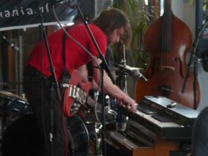 Stuurbaard Bakkebaard - playing the Philicordia organ