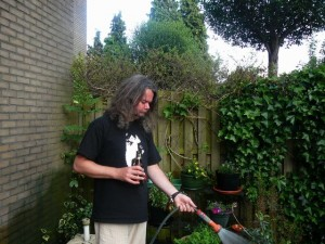even sproeien - bazbo watering the garden - May 30, 2009