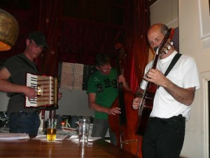 Bruno, Martin & Lexolo starting their music in the front of the bar