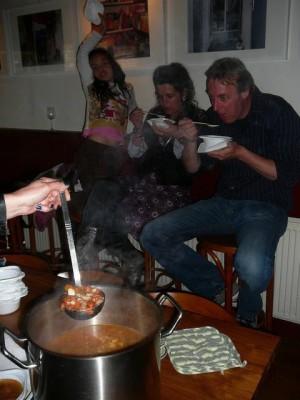 Lisa, Judy & Reinier aan de soep