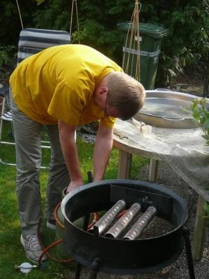 Robert bereidt het kooktoestel voor