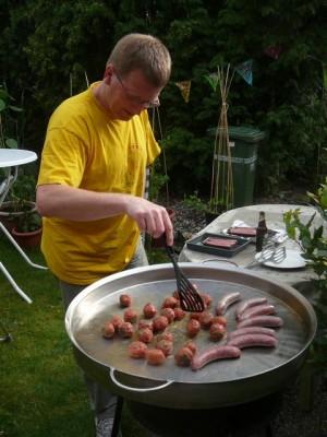 Robert bereidt de kebabballen en worsten