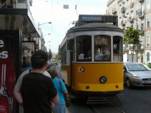 017 tram 28 arriveert