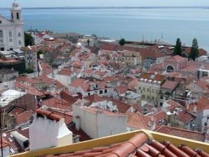 025 uitzicht over de wijk Alfama vanaf de Miradouro de Santa Luzia