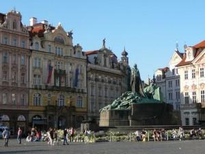 031 Plein Oude Stad met monument voor Johannes Hus
