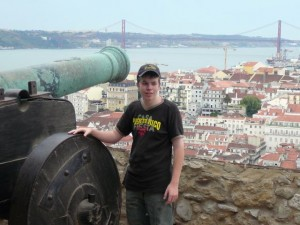 060 Luuk bij het kanon met uitzicht op de Baixa