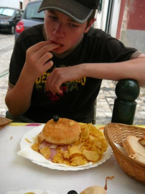 076 Luuk en een Portugese hamburger