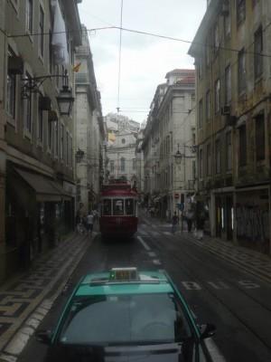 100 in tram 28 in de Rua da Conceiçao - op weg naar de wijk Chiado