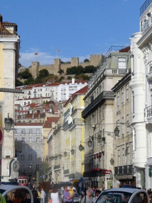 129 Rua da Betesga met zicht op het Castelo de São Jorge