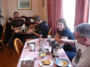 175 Ob LudzNL Linnea and HairZ having breakfast