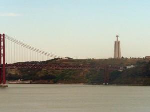 238 uitzicht vanaf het Monument der Ontdekkingen - over de Tejo met de Ponte 25 de Abril en Cristo Rei