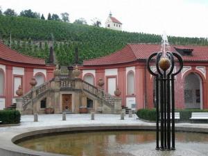 260 De achteringang en fontein van Slot Troja