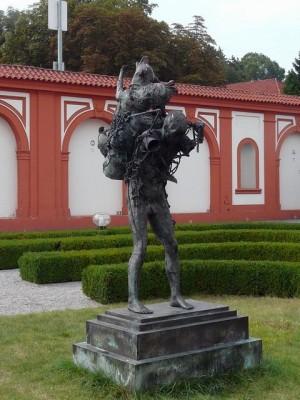 284 Slot Troja - beelden in de tuin