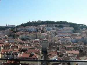 297 uitzicht vanaf de Elevador de Santa Justa op de Baixa en het Castelo de São Jorge