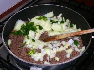 Doe de uisnippers en de peper erbij en laat het lekker meebakken.