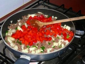 Paprika stukjes erbij en ook mee laten bakken.