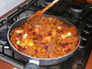 Blikje ananasstukjes afgieten (vocht opvangen - hmmm!) en ananas in de pan doen en goed doorwarmen.