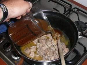 2. schenk de bouillon erover en roer de tomatenpuree erdoor.