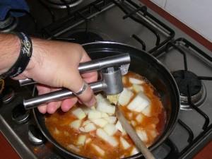 4. Roer de sjalottenen en de paprika's erdoor. Pers de knoflook erboven.