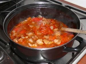 7. Laat het geheel op laag vuur (of nog beter: in een op 180C voorverwarmde oven!) afgedekt in anderhalf uur stoven.