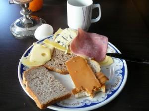 060 100130 Saturday - bazbos breakfast - BROWN CHEESE!