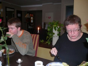 155 Luuk & ModifiedDog at breakfast