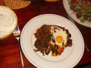 Turkse gehaktschotel met wilde spinazie en ei, tzatziki en salade - 11 april 2010