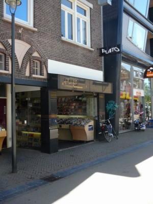 Het belangrijkste gebouw van Apeldoorn, het 'Plato'-filiaal aan de Brinklaan - My local record shop at the Brinklaan