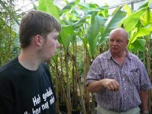 Luuk en Jaap bij de bananenplanten in de kas.
