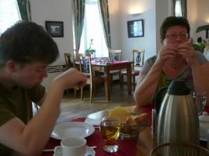037 Luuk and ModifiedDog having breakfast