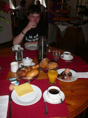 366 100816 Monday - Luuk and bazbo's breakfast