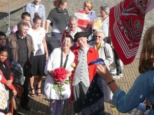 Jolande & Arie beklimmen de trap van De Waag/stadhuis