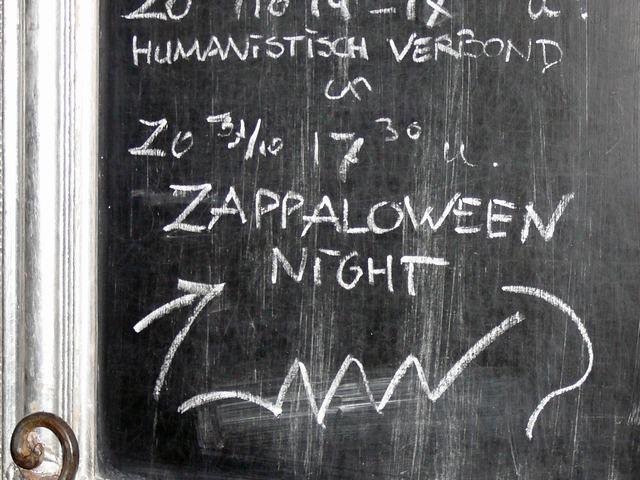 Aankondiging buiten 'Sam Sam' - announcement outside the venue