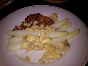 33 140509 asperges met bacon en eggs