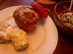 16 140827 andijvierolletes in ontbijtspek met kaassaus en gevulde paprika's  (1)