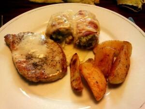 23 140811 slarolletjes in ontbijtspek met kaassaus, aardappelpartjes en varkensfiletlap