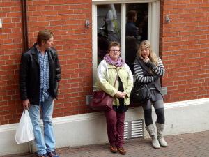 059 Petter E Dagmar wachten tot de kerk voorbij is