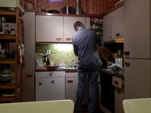 080 Petter cooking dinner