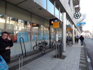 166 wachten op de bus aan de Scheldestraat