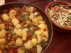 136 150501 chorizo paprika ui paksoy sla en gekookte aardappel - met salade van komkommer bosui tomaat en avocado