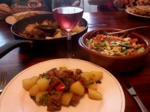 137 150501 chorizo paprika ui paksoy sla en gekookte aardappel - met salade van komkommer bosui tomaat en avocado