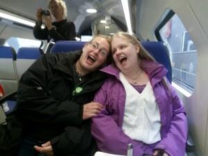 150725 025 Annemarieke Angelica in de trein naar Haarlem