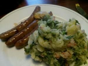 150920 194 stoemp van aardappelen, andijvie en gebakken spekjes met runderchipolataworst