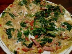 151212 352 omelet van spek, ui, paprika, veldsla