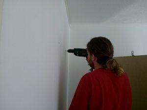 160618 450 kast aan de muur vast