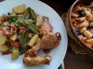 160728 095 kip met schotel van peultjes paprika doperwten en aardappelen