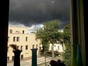 160810 143 uitzicht vanaf de nieuwe werkplek - er hangt een donkere wolk ...